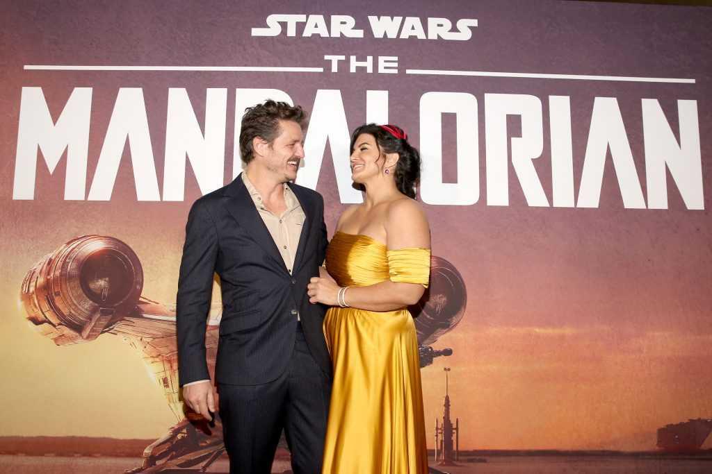Pedro Pascal et Gina Carano arrivent à la première de la toute première série d'action en direct de Lucasfilm, `` The Mandalorian ''