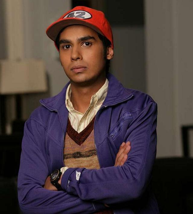 Dans la saison 1, Raj a joué en casquettes, en particulier au baseball rouge avec le numéro 42 (Photo: CBS)