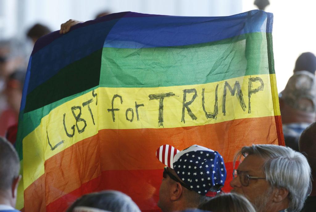 Les partisans brandissent un drapeau LGBT + Pride pour le candidat républicain à la présidentielle Donald Trump.  (George Frey / Getty Images