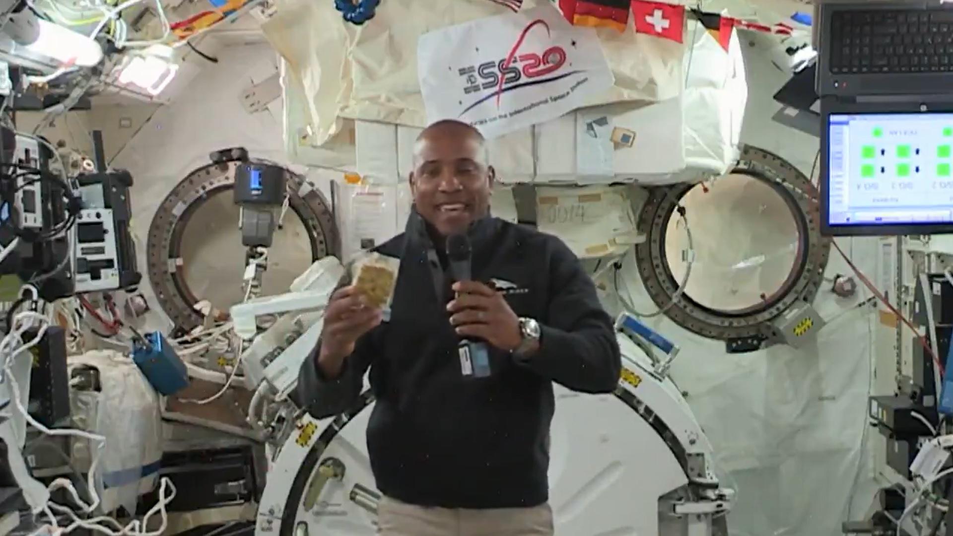 L'astronaute de la NASA Victor Glover présente une vinaigrette au pain de maïs sur la Station spatiale internationale, dans le cadre du dîner de Thanksgiving de l'équipage de l'Expedition 64, dans une vidéo du repas des fêtes des astronautes.