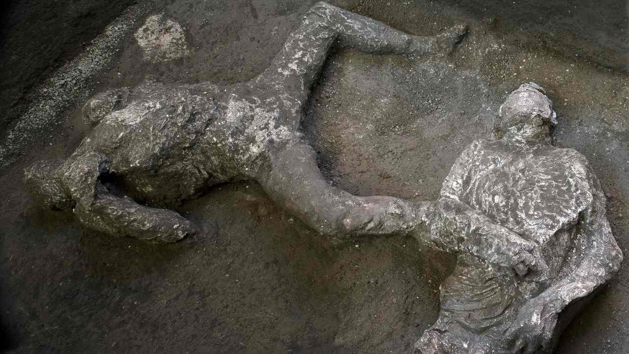 Un archéologue découvre les restes squelettiques de deux hommes s'échappant de l'éruption du Vésuve à Pompéi