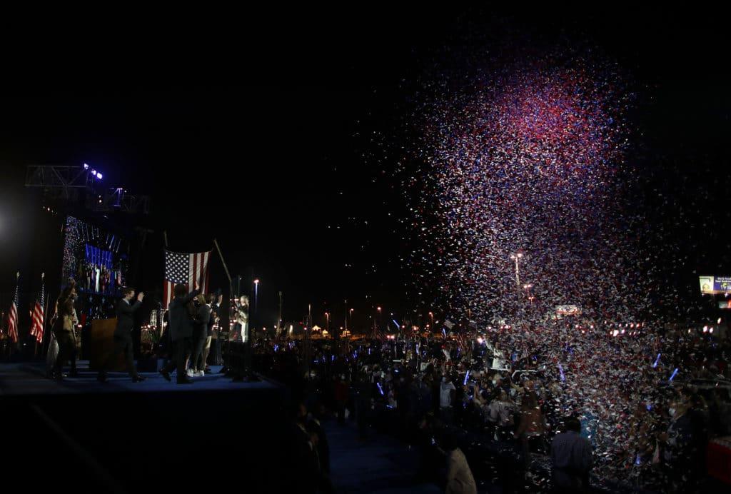 Le président élu Joe Biden et sa famille se saluent après s'être adressés à la nation depuis le Chase Center.  (Gagnez McNamee / Getty Images)