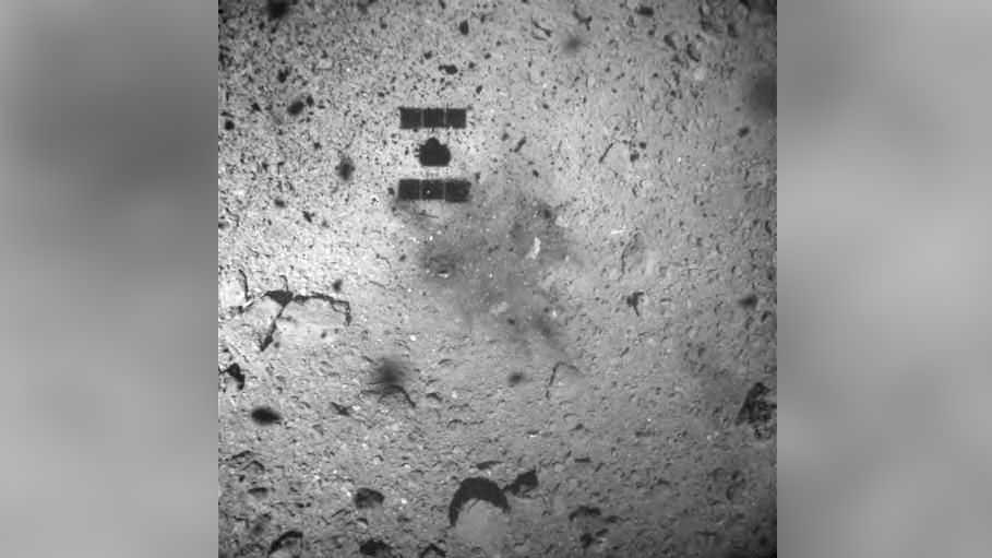 Un Vaisseau Spatial Avec Une Précieuse Cargaison D'astéroïdes Est Presque
