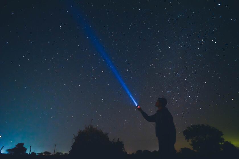 Voyager à la vitesse de la lumière à travers le système solaire peut être extrêmement lent, et ces animations le prouvent