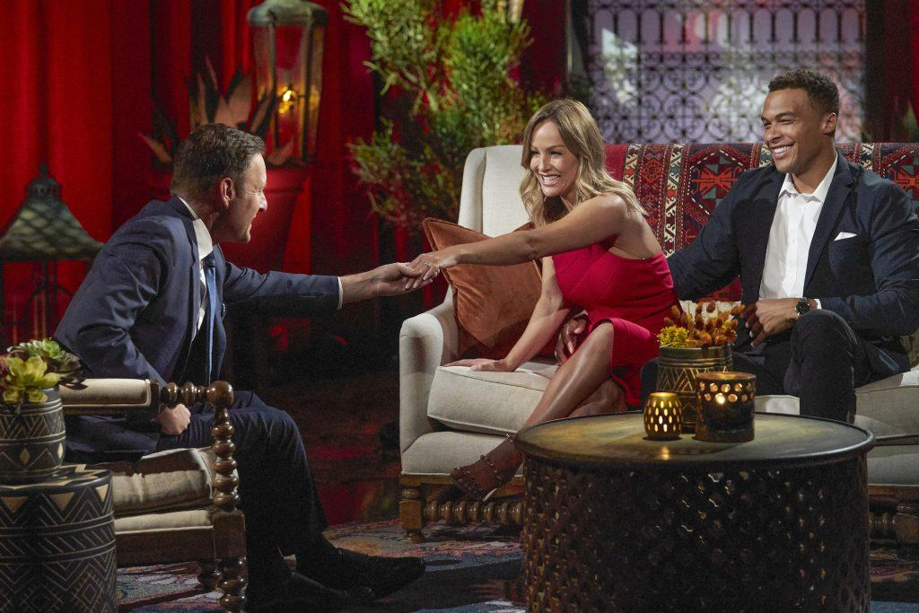 Chris Harrison avec Clare Crawley et Dale Moss de 'The Bachelorette'