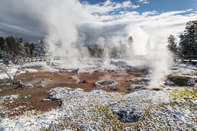 Fountain Paint Pot, l'une des nombreuses caractéristiques hydrothermales alimentées par le hotspot en colère sous le parc national de Yellowstone.