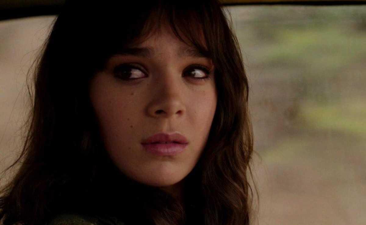 """""""Hawkeye"""": Les images du tournage confirment Hailee Steinfeld dans le rôle de Kate Bishop"""