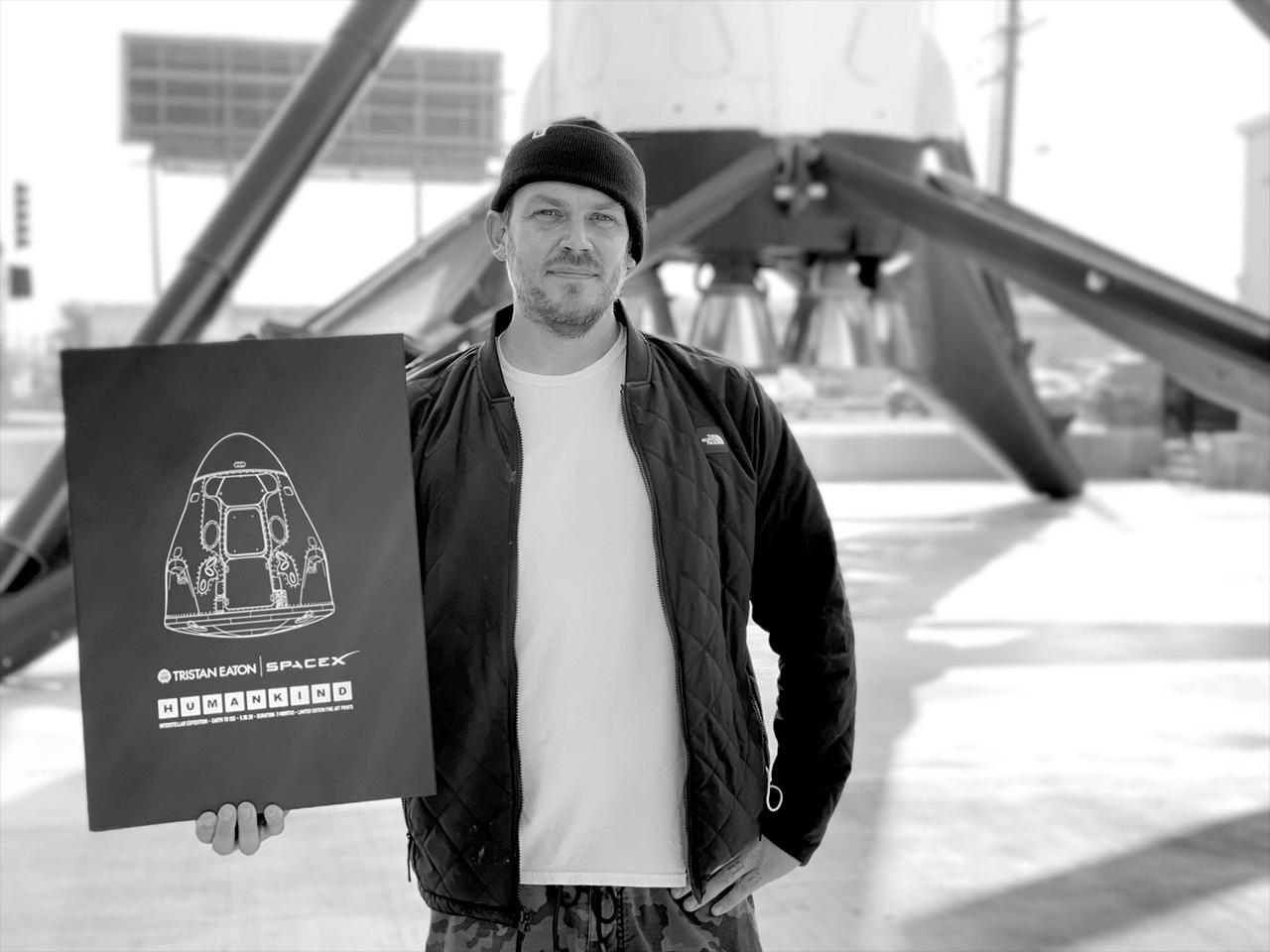 """L'artiste Tristan Eaton avec son """"Genre humain"""" coffret en édition limitée au siège de SpaceX à Hawthorne, Californie."""
