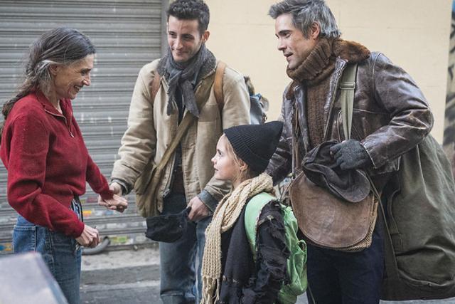 Après la mort de sa femme, Hugo, son frère et sa fille se rendent à Madrid pour rencontrer le reste de leur famille (Photo: Antena 3)