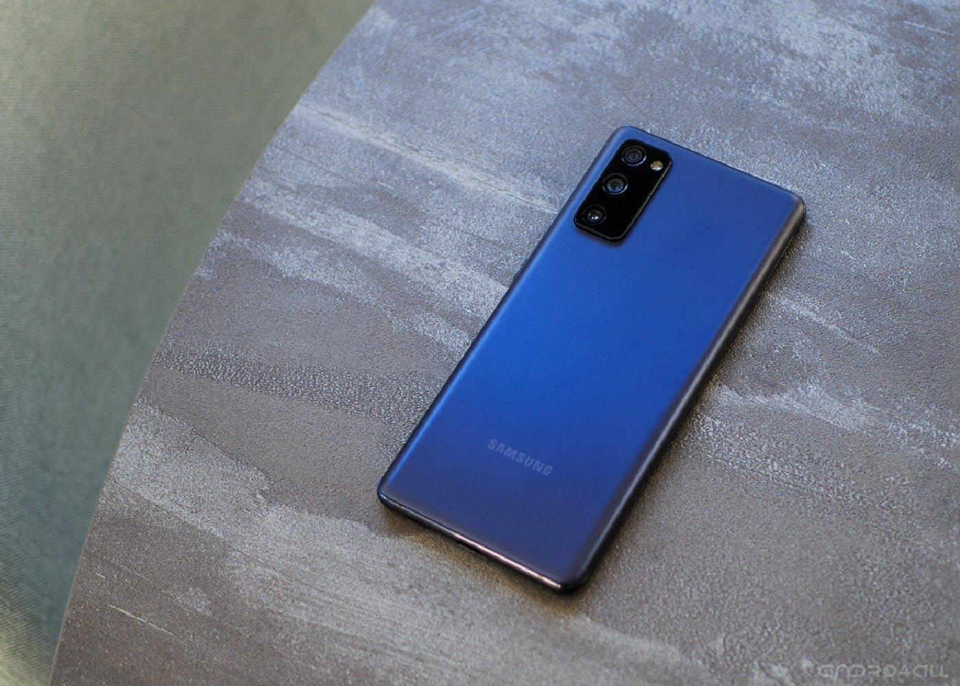 Samsung Galaxy S20 FE, de retour de couleur bleu marine