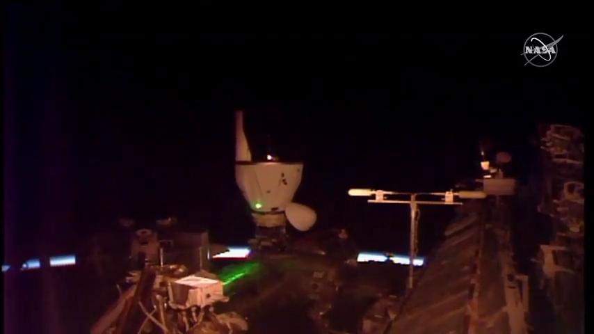 Le vaisseau spatial cargo Dragon CRS-21 de SpaceX accoste la Station spatiale internationale, le 7 décembre 2020.
