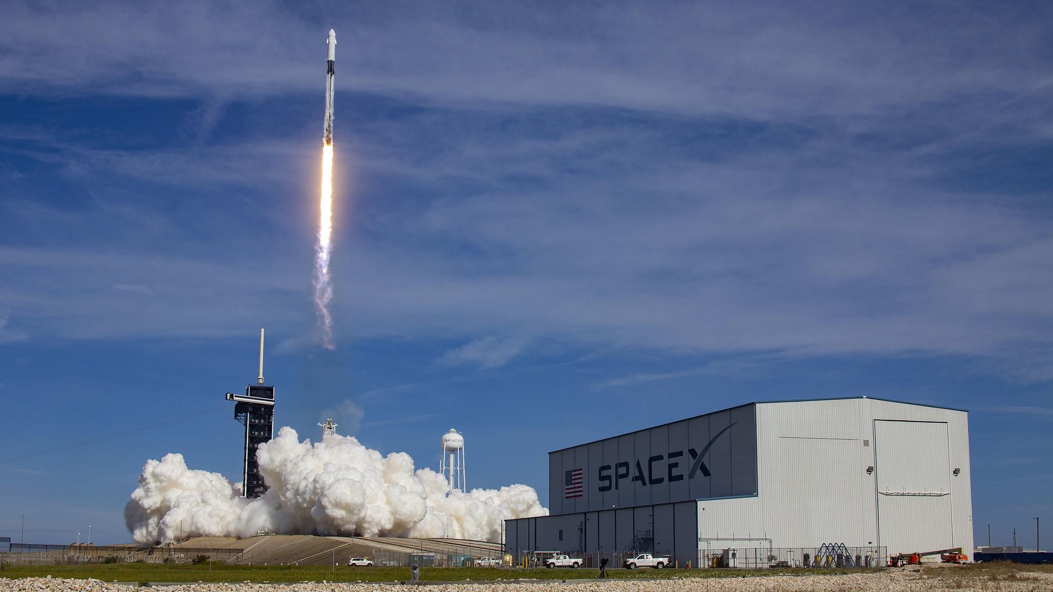 La mission Dragon CRS-21 de SpaceX décolle sur une fusée Falcon 9 du complexe de lancement 39A au centre spatial Kennedy de la NASA en Floride, le 6 décembre 2020.