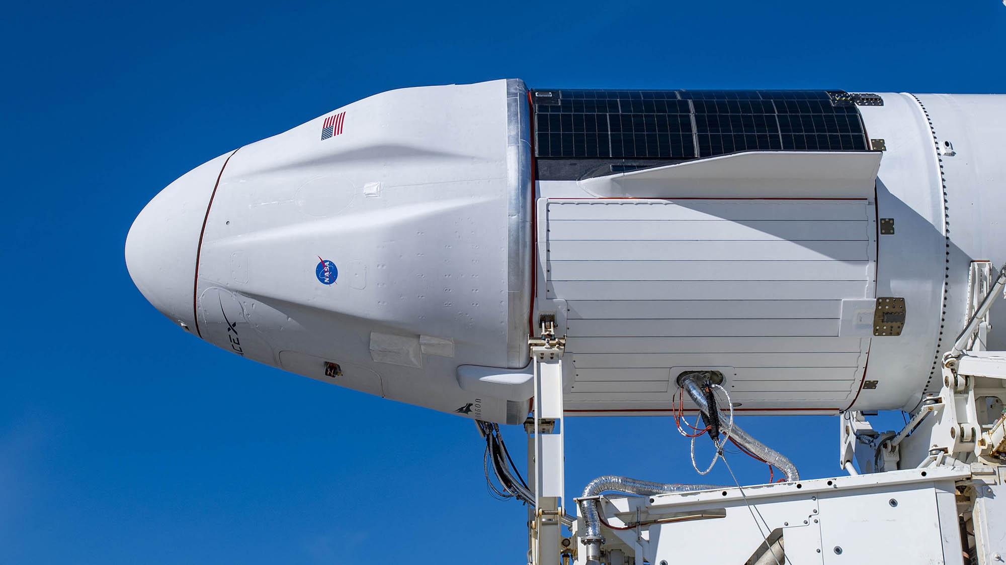 La version améliorée du vaisseau spatial Cargo Dragon de SpaceX est vue au sommet d'une fusée Falcon 9 le 2 décembre 2020, alors qu'elle se prépare à être déployée pour lancer le complexe 39A au Kennedy Space Center de la NASA en Floride pour les 21e services de ravitaillement commercial de la société (CRS- 21) lancement.