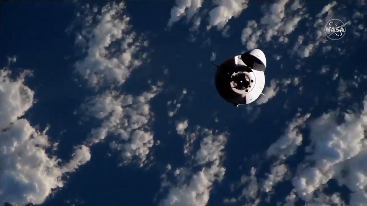 Le vaisseau spatial cargo Dragon CRS-21 de SpaceX s'approche de la Station spatiale internationale, le 7 décembre 2020.