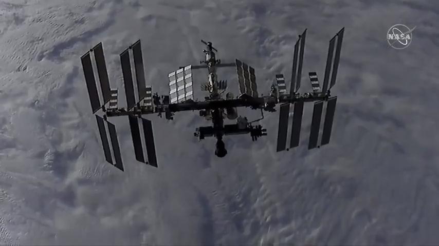 Une vue de la Station spatiale internationale depuis le vaisseau spatial Dragon CRS-21 de SpaceX alors qu'il s'approchait du laboratoire en orbite.