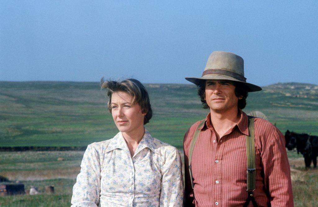 Karen Grassle, à gauche, avec Michael Landon dans le rôle de Caroline et Charles Ingalls, 1974