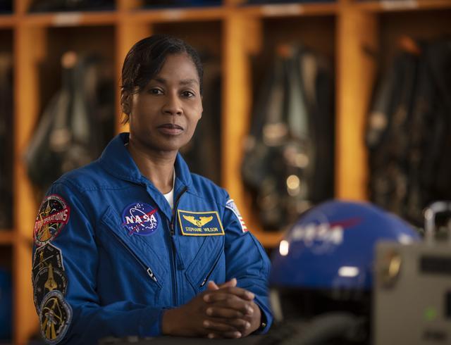 L'astronaute de la NASA Stephanie Wilson pose pour un portrait officiel de la NASA.