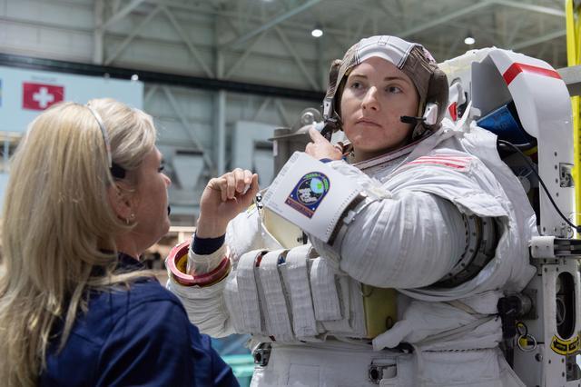 L'astronaute de la NASA Kayla Barron suit une formation de sortie dans l'espace.