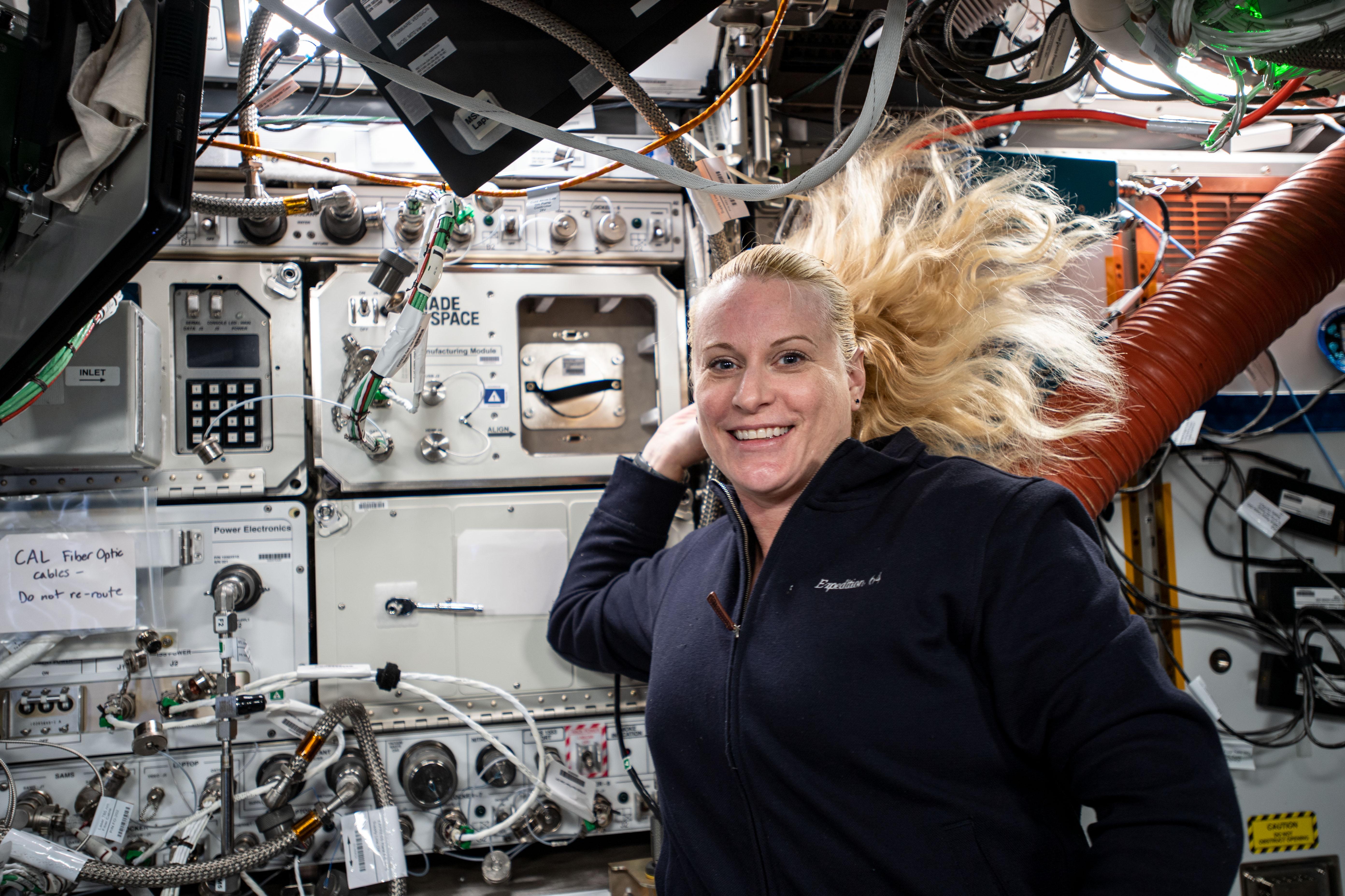 L'astronaute de la NASA Kate Rubins après avoir installé avec succès le module de fabrication de céramique de Redwire sur la Station spatiale internationale à l'automne 2020.