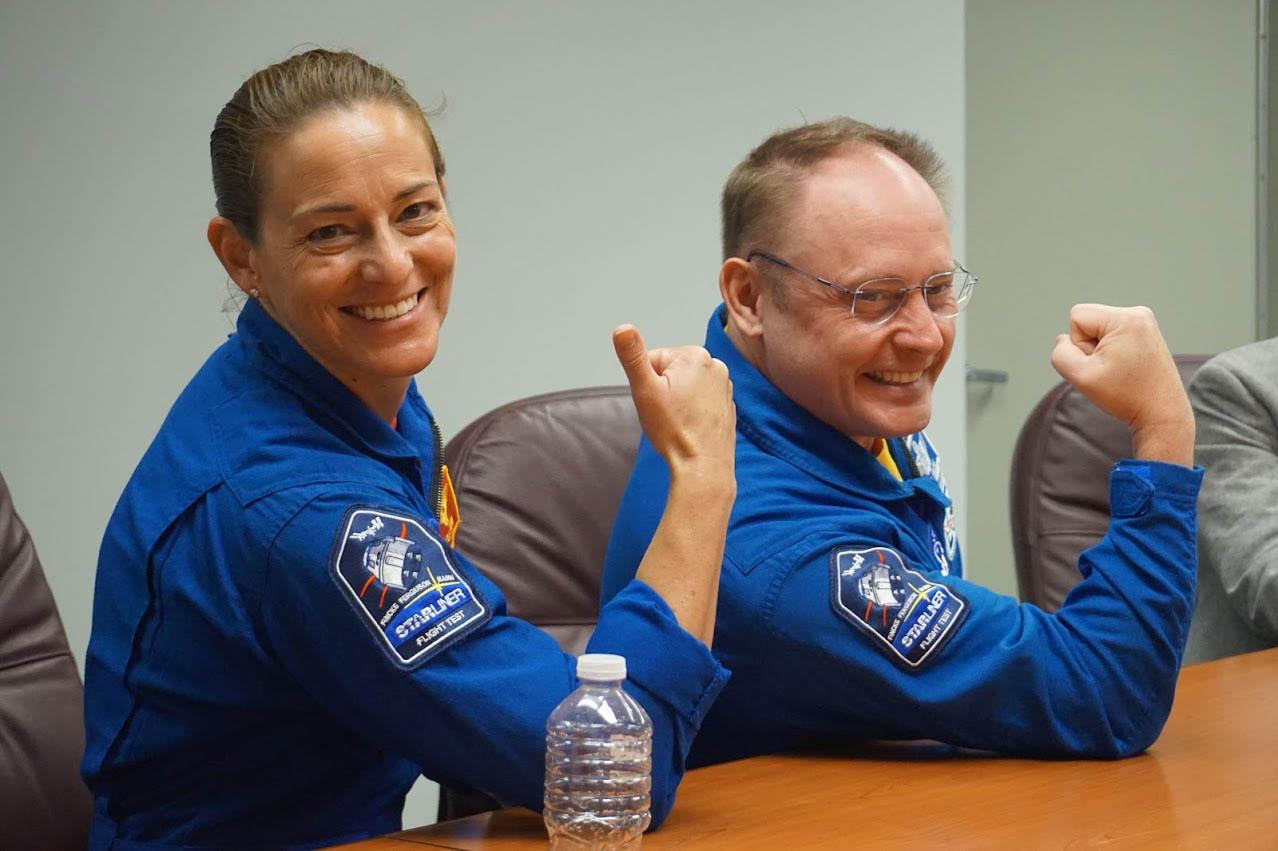 Les astronautes de la NASA Nicole Mann (à gauche) et Mike Fincke montrent leurs patchs de mission Starliner Crew Flight Test avant le lancement du Starliner Orbital Flight Test non équipé de Boeing au Centre spatial Kennedy à Cape Canaveral, en Floride, le 19 décembre 2019.