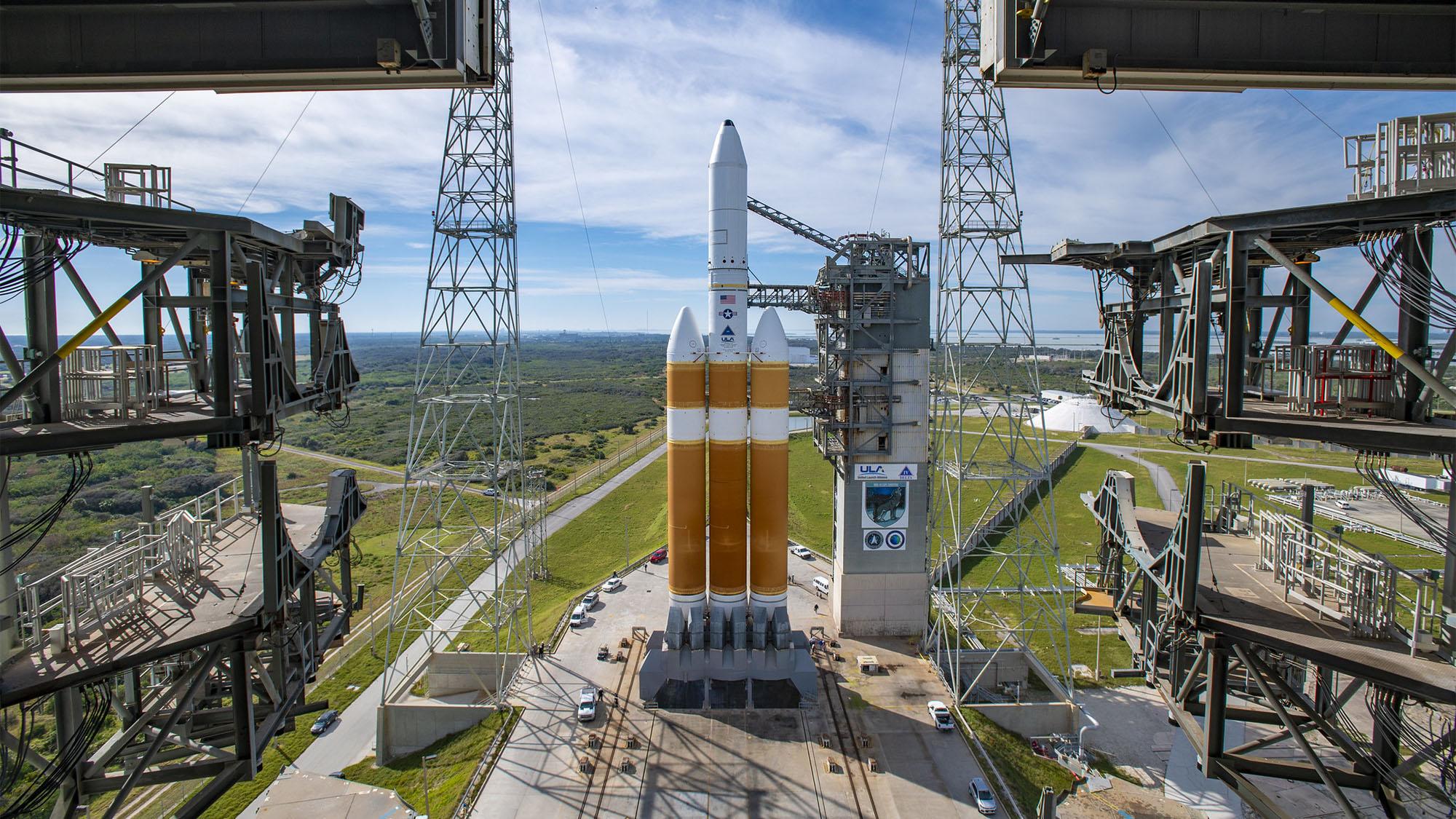 La tour de service mobile revient de la fusée Delta IV Heavy de la United Launch Alliance transportant la mission NROL-44 pour le National Reconnaissance Office, en préparation du lancement du Space Launch Complex-37 à la station Space Force de Cap Canaveral, en Floride, le 10 décembre , 2020.