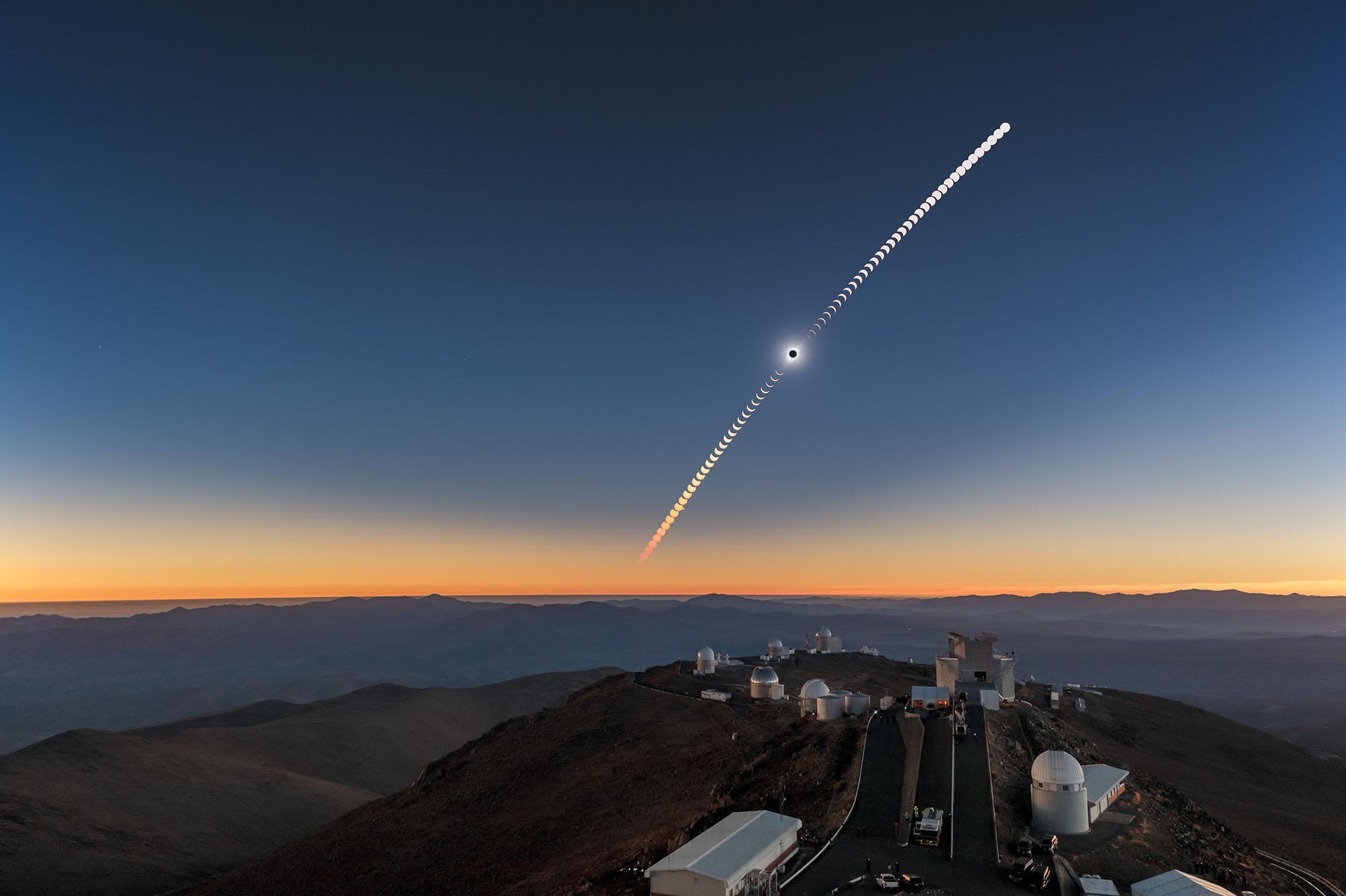 Cette image composite montre l'éclipse solaire totale du 2 juillet 2019 au-dessus de l'observatoire de La Silla au Chili.
