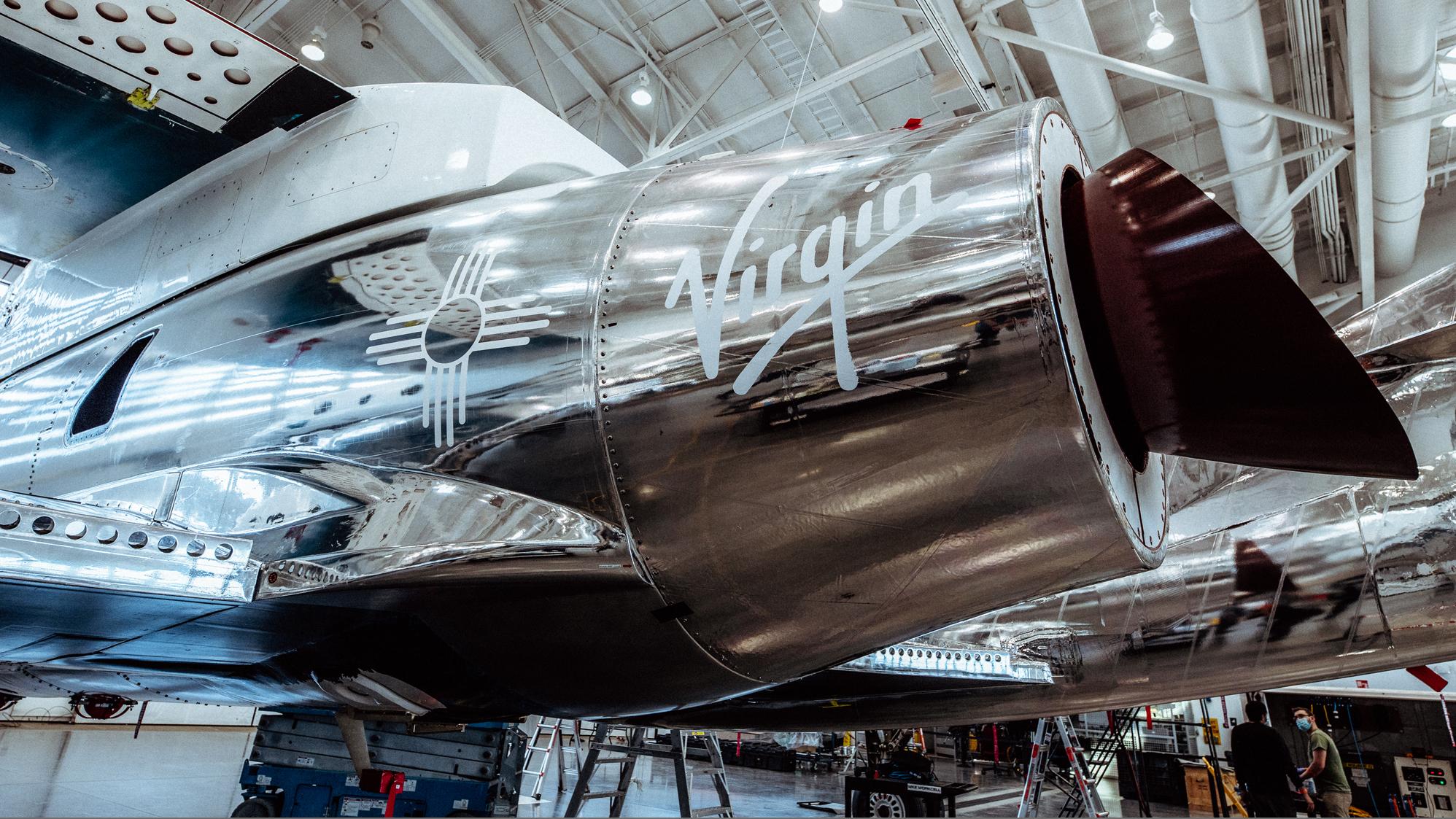 Le symbole Zia Sun du Nouveau-Mexique est visible sur le moteur du SpaceShipTwo Unity de Virgin Galactic dans son hangar de Spaceport America, au Nouveau-Mexique.