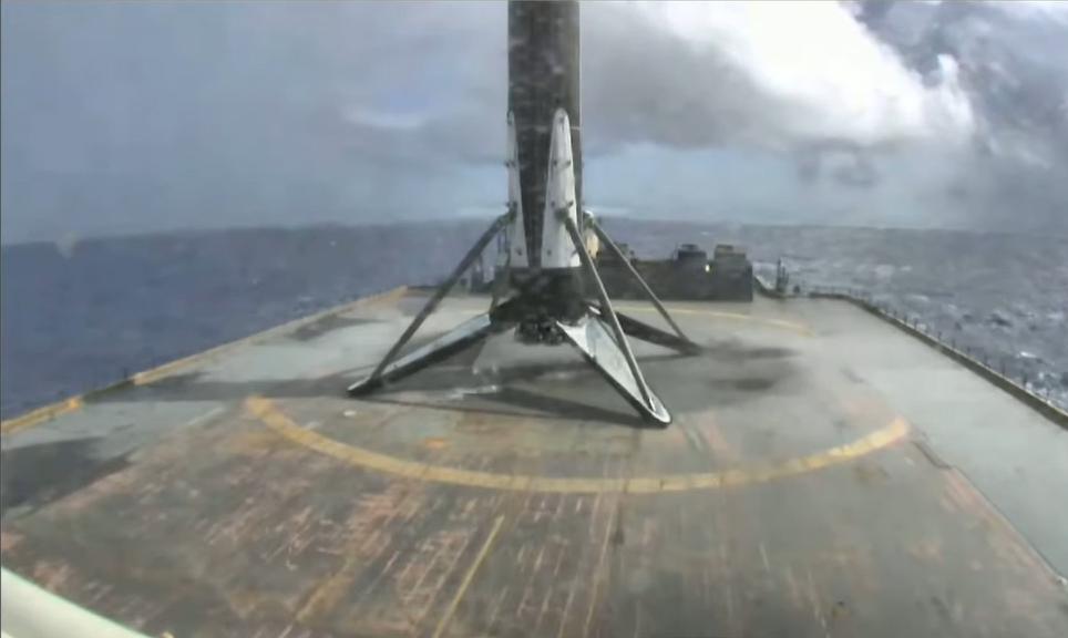 Le premier étage d'une fusée SpaceX Falcon 9 vétéran est vu sur le drone Just Read The Instructions dans l'océan Atlantique après avoir lancé avec succès le satellite Sirius XM SXM-7 en orbite le 13 décembre 2020.