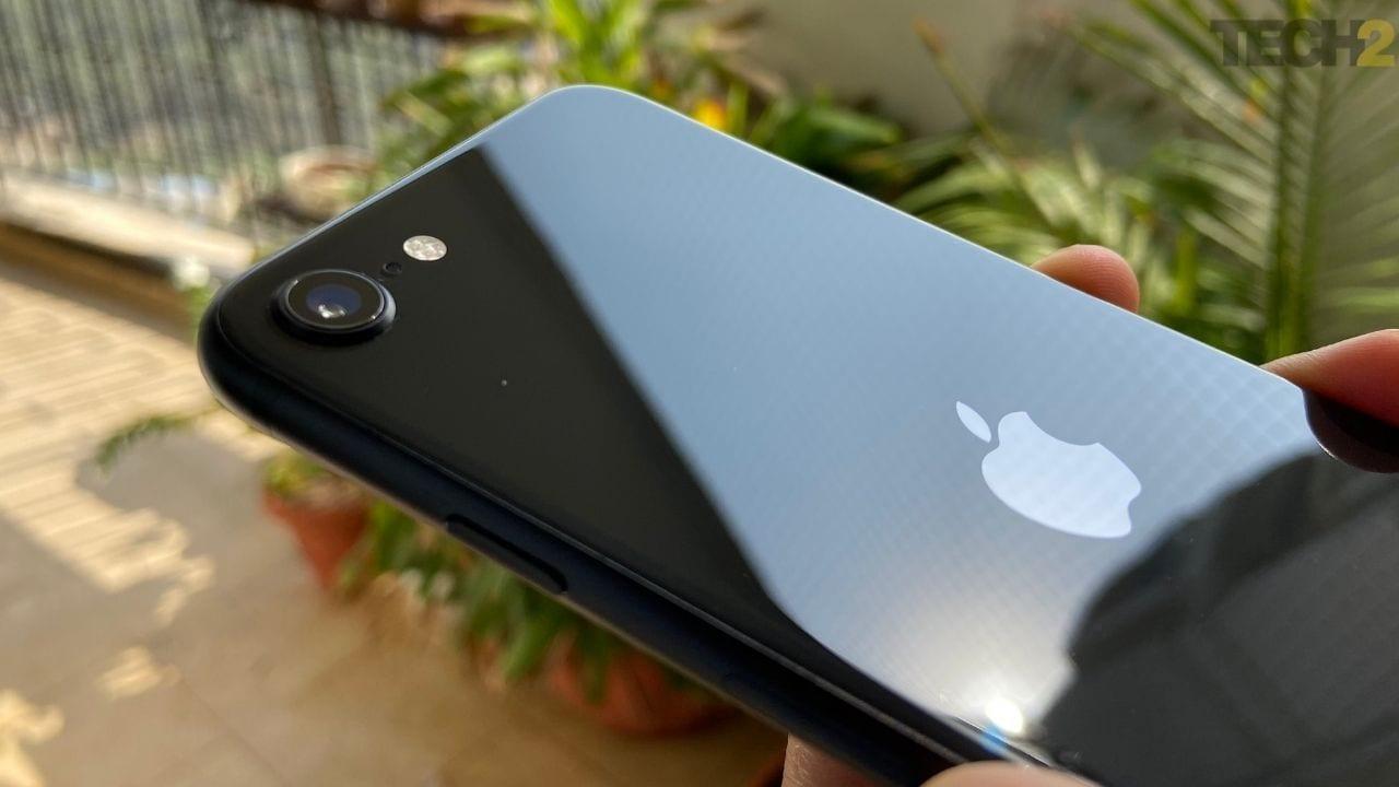 iPhone SE (2020). Image: tech2 / Nandini Yadav