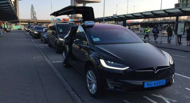 Plaintes De Fiabilité. Une Compagnie De Taxi Poursuit Tesla Pour