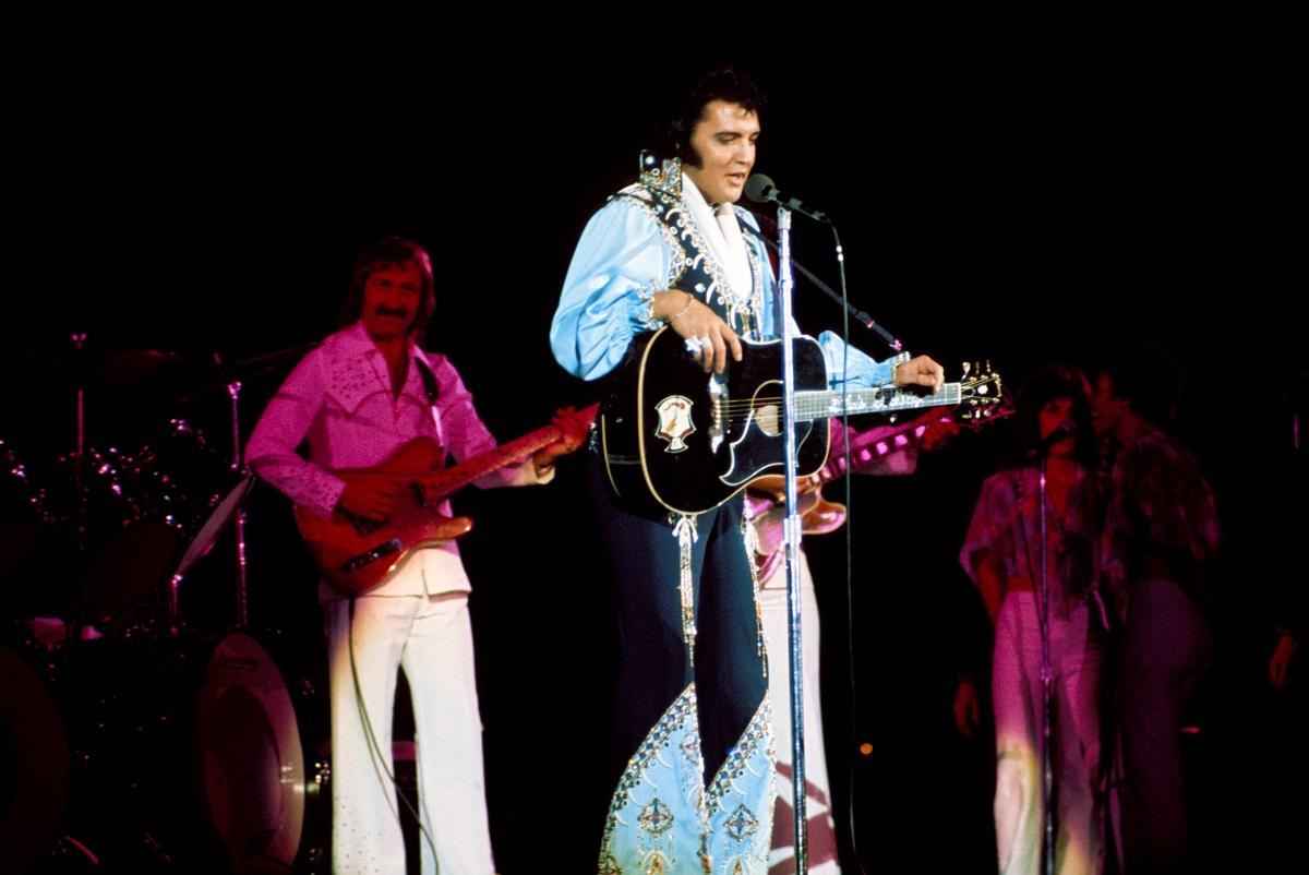 James Burton et Elvis Presley effectuant