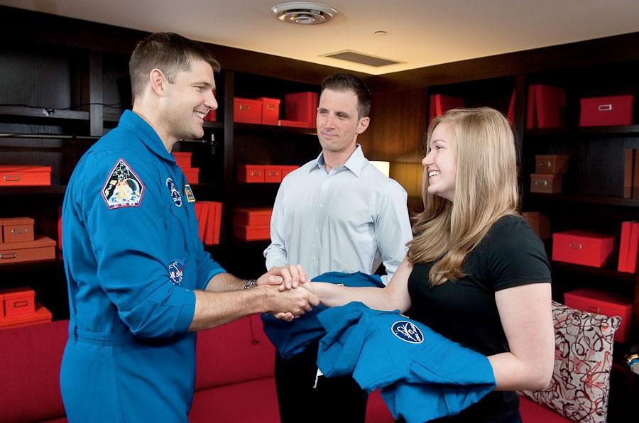 L'astronaute canadien Jeremy Hansen (à gauche), qui entraîne la classe d'astronautes 2017, rencontre les candidats astronautes canadiens Joshua Kutryk (au centre) et Jennifer Sidey-Gibbons.