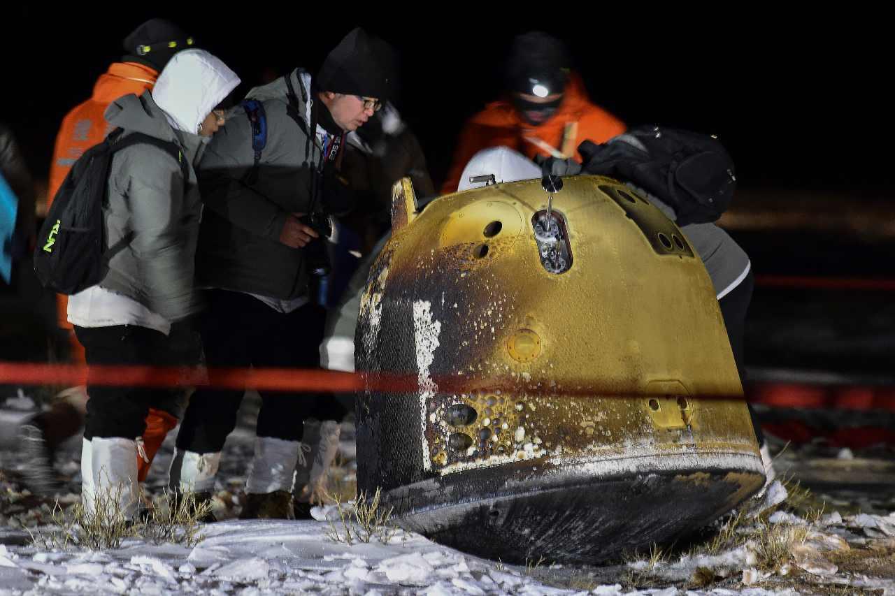Sur cette photo publiée par l'agence de presse Xinhua, des membres d'équipage vérifient la capsule de la sonde Chang'e 5 après son atterrissage réussi dans la bannière de Siziwang, dans la région autonome de Mongolie intérieure du nord de la Chine, le jeudi 17 décembre 2020. Une capsule lunaire chinoise est revenue sur Terre jeudi avec les premiers échantillons frais de roches et de débris de la lune depuis plus de 40 ans.  (Ren Junchuan / Xinhua via AP)