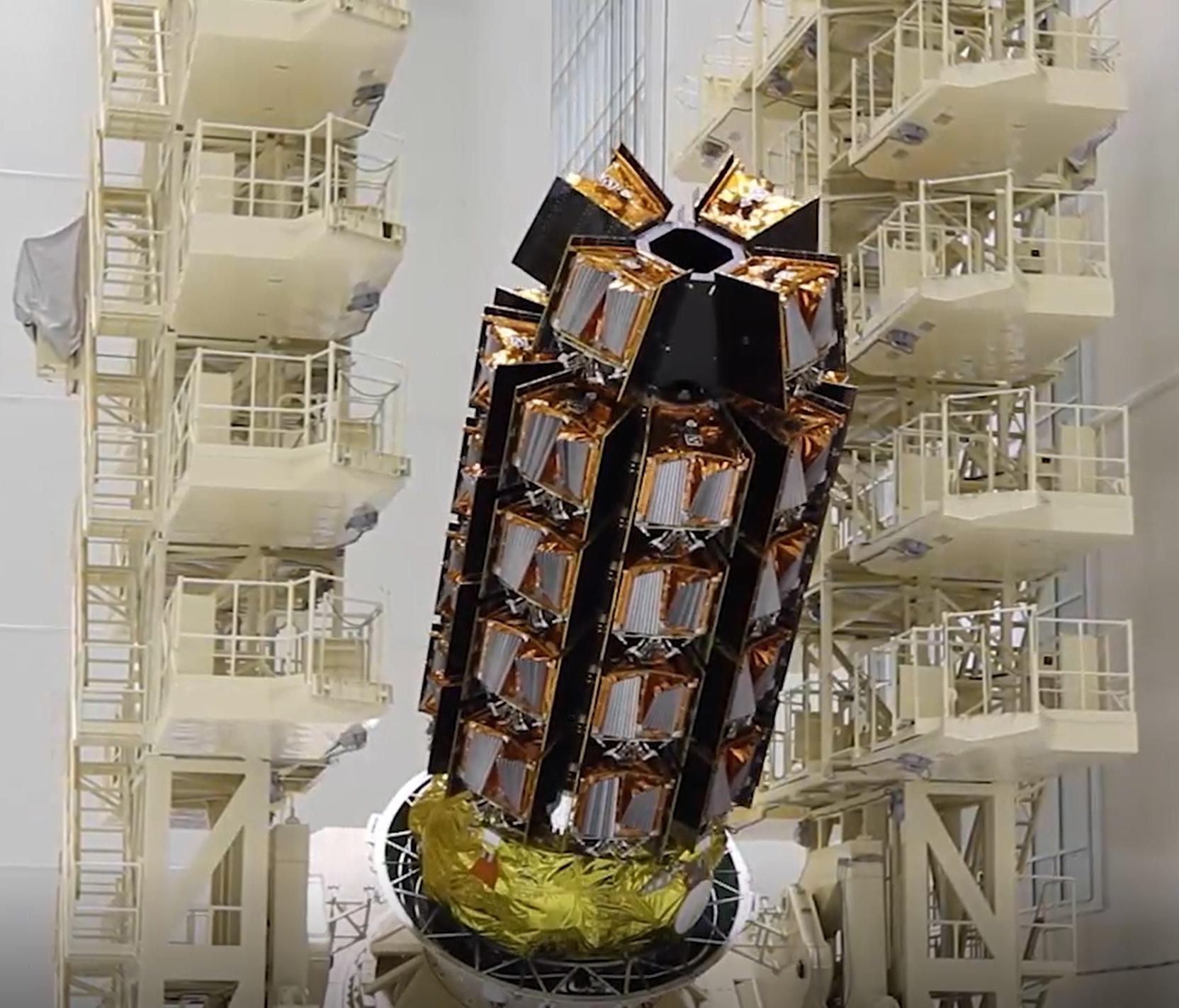 Les 36 satellites Internet de OneWeb sont empilés en position de lancement avant un lancement le 18 décembre 2020 depuis le cosmodrome russe de Vostochny.