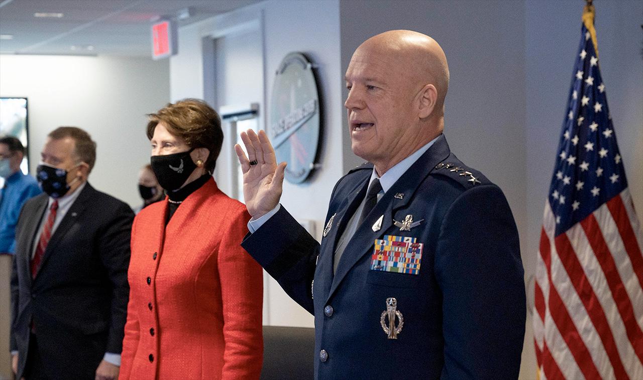 Le général Jay Raymond, chef des opérations spatiales de l'US Space Force, administre le serment d'enrôlement au colonel Michael Hopkins, un astronaute de la NASA à bord de la Station spatiale internationale, lors d'une cérémonie tenue à partir du siège de la NASA à Washington, DC le vendredi, décembre 18, 2020. Barbara Barrett, secrétaire de l'Armée de l'Air, a également assisté à l'événement historique.