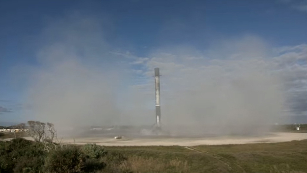 Le premier étage d'une fusée SpaceX Falcon 9 fait son cinquième atterrissage dans la zone d'atterrissage 1 de la société à la station spatiale de Cap Canaveral en Floride après le lancement du satellite d'espionnage clandestin NROL-108 pour le National Reconnaissance Office le 19 décembre 2020.