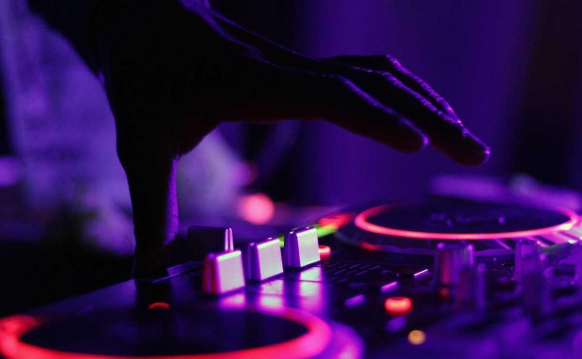 DJ de 12 ans arrêté après avoir organisé des raves dans les toilettes des écoles