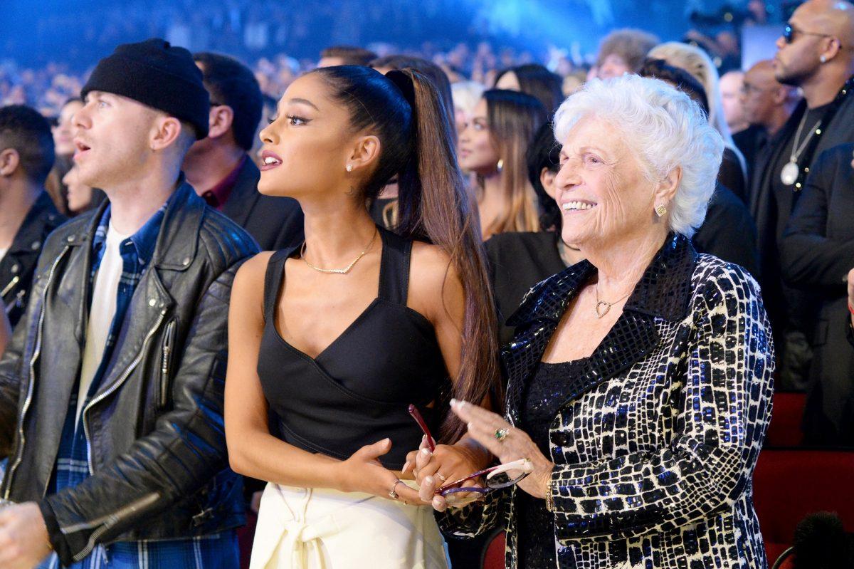 Ariana Grande (L) et Marjorie 'Nonna' Grande assister aux American Music Awards 2016 le 20 novembre 2016 à Los Angeles, Californie.