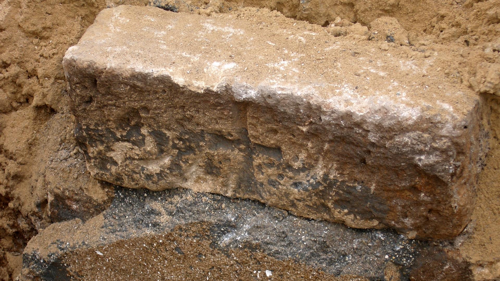 Une pierre avec une croix découverte dans un cimetière d'époque perse situé à Jaffa.