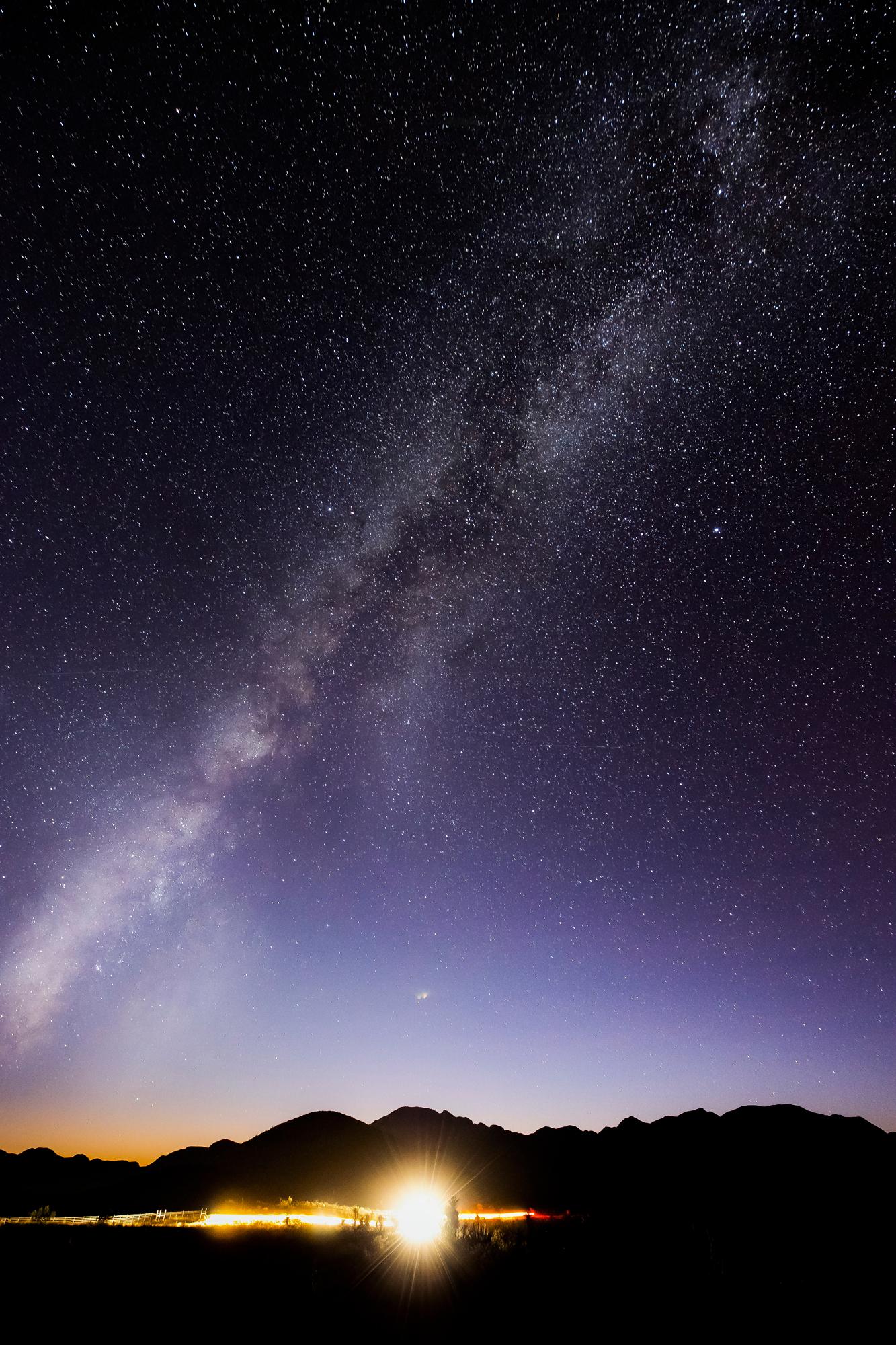 L'équipe de parachutisme Red Bull Air Force peint le ciel nocturne de façon éblouissante