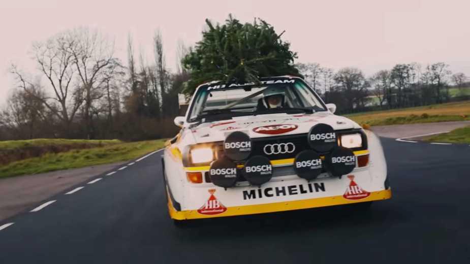 Une Audi Sport Quattro Portant Un Sapin De Noël Est