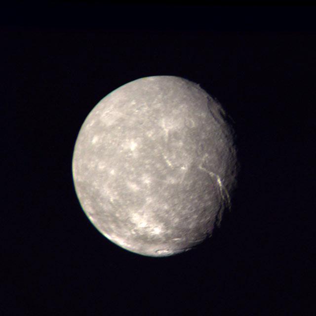 Cette image de Titania, prise par la sonde Voyager 2, montre la surface cratérisée de la lune d'Uranus.