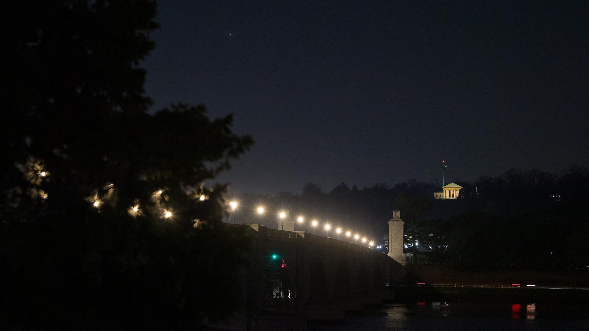Jupiter (à gauche) et Saturne (à droite) sont vus après le coucher du soleil au-dessus du lac Jordan pendant la