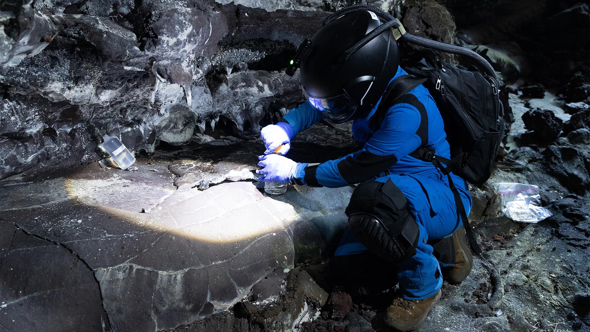 Le Dr Michaela Musilova collecte des échantillons pour la recherche en astrobiologie dans un tube de lave, dans le cadre d'une collaboration avec la NASA Goddard.