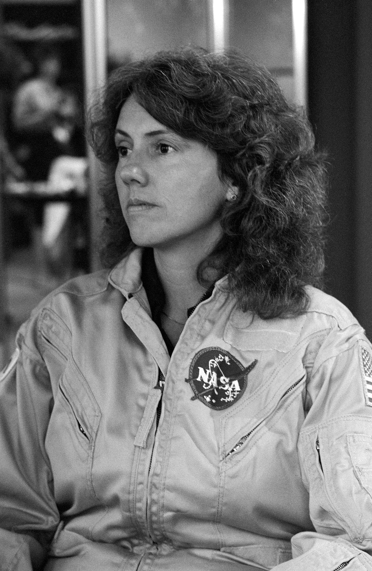 Le portrait sur l'avers de la pièce commémorative 2021 Christa McAuliffe Silver Dollar était basé sur cette photographie, montrant McAuliffe en formation pour sa mission de navette spatiale en 1985.