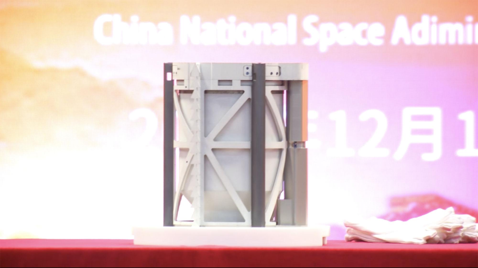 Le conteneur d'échantillons Chang'e 5 lors d'une cérémonie de remise à Pékin, le 19 décembre 2020.