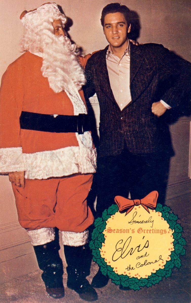 Elvis pose avec le colonel Tom Parker comme père Noël