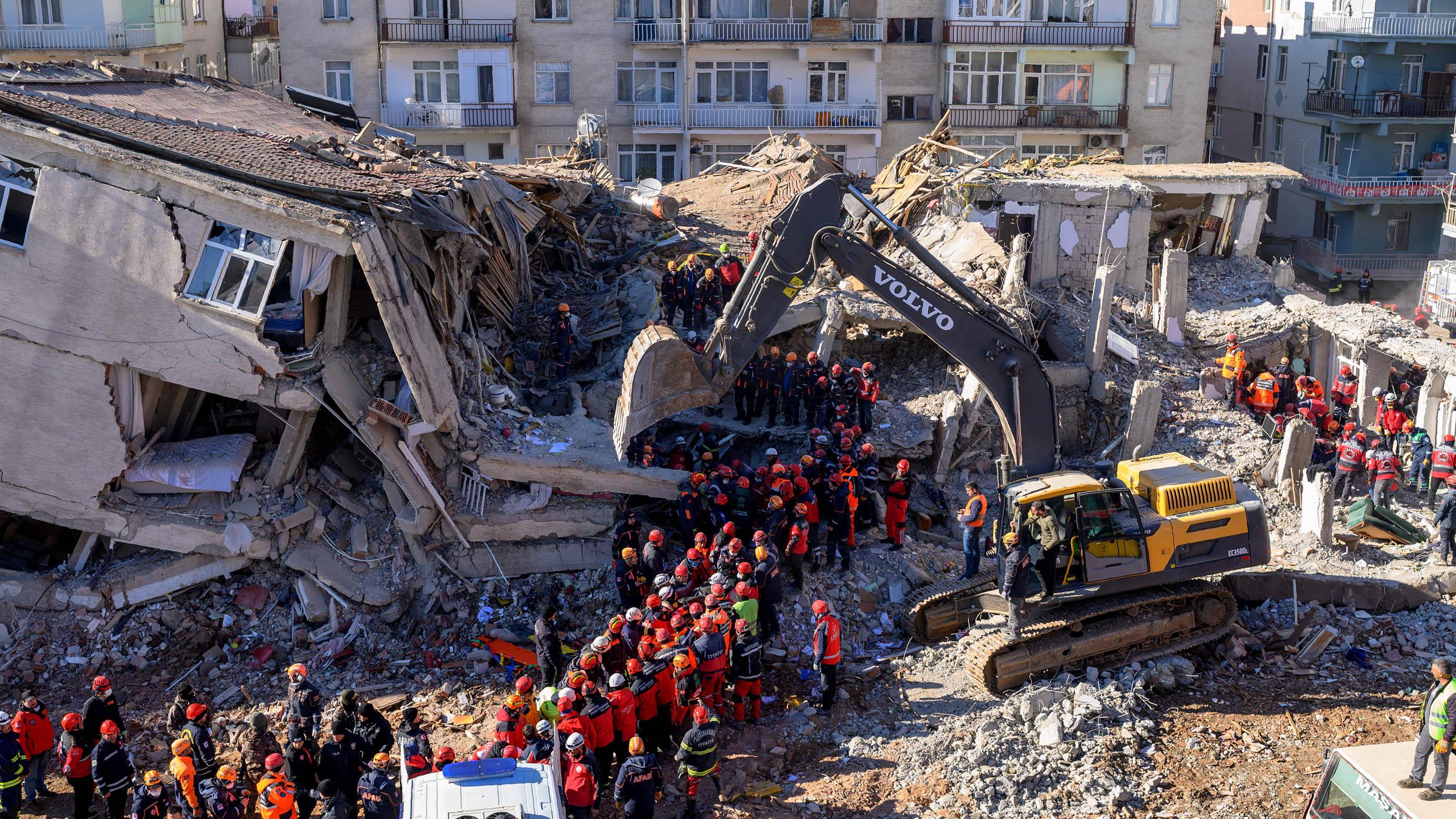 Les secouristes retirent des cadavres des décombres d'un immeuble après un tremblement de terre à Elazig, dans l'est de la Turquie, le 26 janvier 2020.