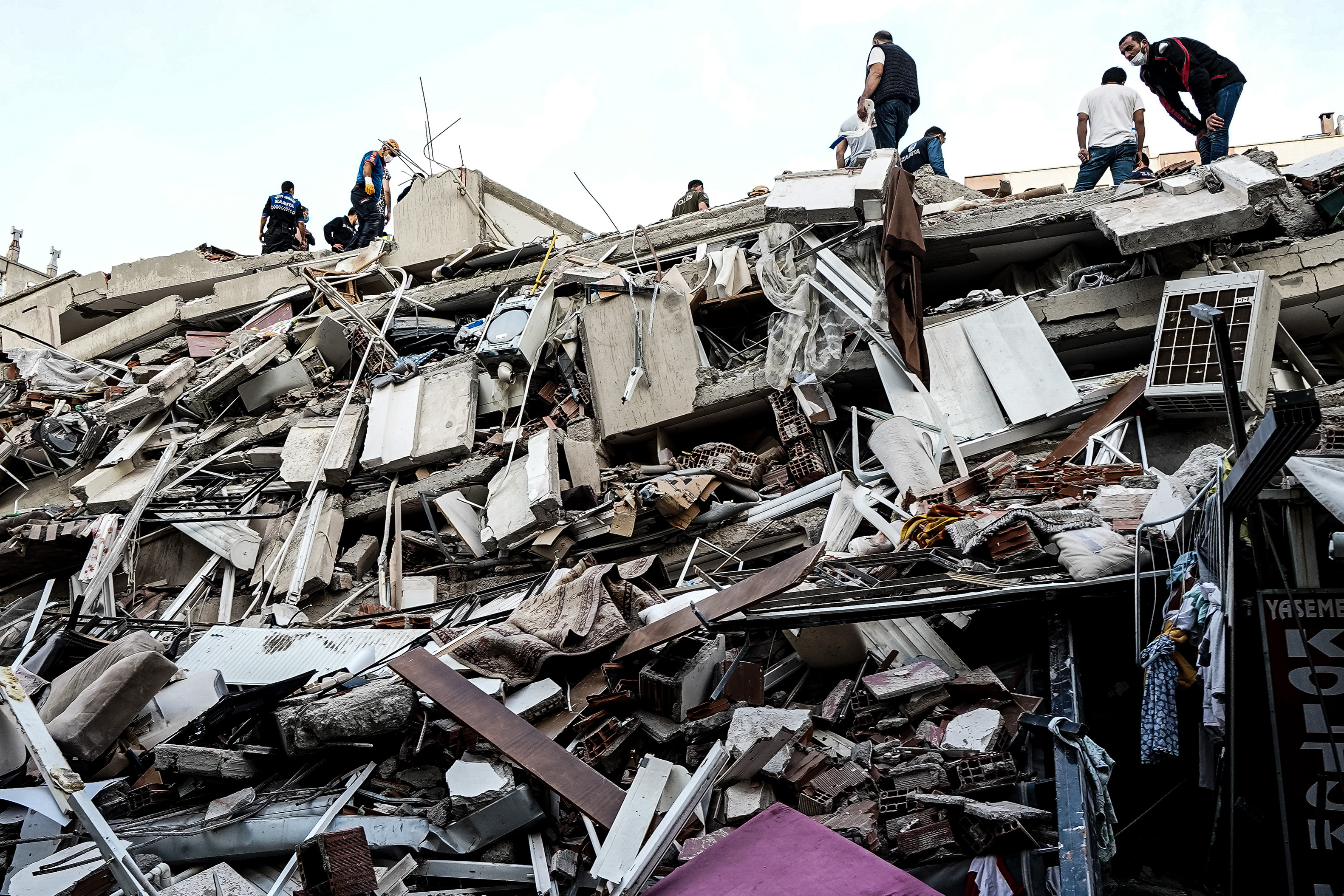 Un tremblement de terre de magnitude 7,0 frappe près de la ville turque d'Izmir, faisant s'effondrer des bâtiments et tuant au moins 14 personnes.  Des efforts de recherche et de sauvetage sont en cours pour rechercher des survivants dans les décombres.