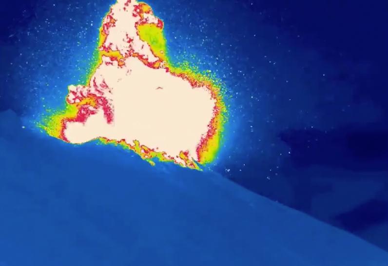 Le volcan Stromboli en Italie a éclaté avec une explosion plus forte que d'habitude le 16 novembre 2020.